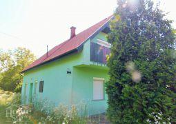 Hévíz mellett 5 km-el , Alsópáhokon teljesen felújított családi ház eladó nagy telekkel.
